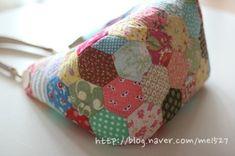 퀼트 / 손바느질 / 퀼트가방 / 핸드메이드 ] 알록달록 76조각 가방~~~ : 네이버 블로그 Patchwork Bags, Quilted Bag, Art Bag, English Paper Piecing, Pouch Bag, Handmade Bags, Purses And Handbags, Coin Purse, Quilts
