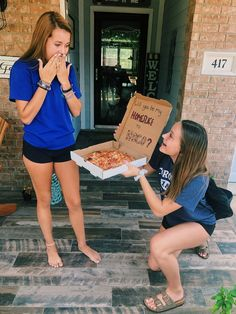 Best Friend Photos, Girls Best Friend, Dream Friends, Cute Homecoming Proposals, Homecoming Ideas, Funny Promposals, Prom Invites, Dance Proposal, Petite Fashion