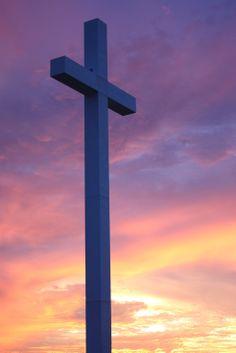 Beautiful sunset at the Sagemont Church cross. Photographer: Lin Iverson