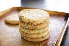 Biscuits arc-en-ciel - Quand je veux faire plaisir à ma blonde ou que j'ai quelque chose à me faire pardonner je lui prépare des biscuits arc-en-ciel tendres et moelleux! Ce qu'elle ignore c'est que je me fais plaisir en même temps car ce sont aussi mes biscuits préférés! Simples à réaliser et délicieux, ces biscuits plaideront à coup sûr. Sprinkle Cookies, Rainbow Sprinkles, Vegan Butter, Easy Cooking, Plant Based Recipes, Baking Soda, Vegan Recipes, Deserts, Dessert Recipes
