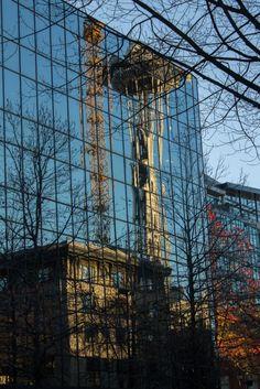 Space Needle refletindo em um prédeio de Downtown Seattle.