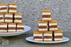 Cornulete fragede cu nuca - CAIETUL CU RETETE Krispie Treats, Rice Krispies, Food Cakes, Vanilla Cake, Cake Recipes, Caramel, Desserts, Cakes, Vanilla Sponge Cake