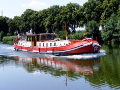 This is just one of the many barges you will see on the Dutch canals. Barge Boat, Canal Barge, Canal Boat, Floating Boat, Floating House, Barge Holidays, Sailing Pictures, Liveaboard Boats, Dutch Barge