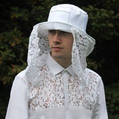 Our beekeeper shirt inspires admiration from every quarter. Full cotton and adorned with a lace chest, it echoes the romantic coupling of insect and flower in our rosebud, carnation and peony lace