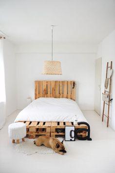 Déco Récup : Idées Et Astuces à Mettre En Place Du Salon à La Chambre!  Pallet Bed FramesDIY ...