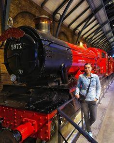 Warner Bros Studio to miejsce, w którym spełniły się moje marzenia. Żaden fan Harrego Pottera nie przejdzie obojętnie obok tej atrakcji.  📷 @fotoprzykawie _______________________________________ #jkrowling #harrypotter #hermionegranger #ronweasley #harrypotterlove #hogsmeade #dumbledore #harrypotterworld #hogwarts #gryffindor #ravenclaw #hufflepuff #slytherin #potterhead #harrypotterfan #harrypotterforever #pottergram #harrypotterbooks #harrypotterworld #pottermore #potterfan #muggle Ron Weasley, Hermione Granger, Ravenclaw, Hogwarts, Harry Potter, Train, Instagram, Strollers