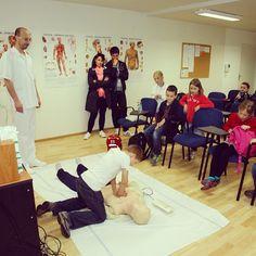 Druháci ze ZŠ nám. Curieových z Prahy 1 se v Nemocnici Na Bulovce učily oživování a první pomoc.