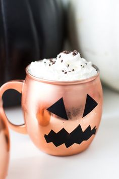 Make these DIY Halloween glassware pumpkin decals for a quick and easy, budget-friendly party decor for cups you already own! Halloween 2018, Diy Halloween, Happy Halloween, Holidays Halloween, Halloween Treats, Halloween Decorations, Classy Halloween, Halloween Queen, Halloween Inspo