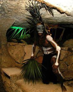 En tu visita al Festival de Tradiciones de Vida y Muerte te recomendamos el desfile recorrido por Xcaret donde podrás conocer, platicar e interactuar con los personajes del mundo funerario maya