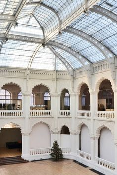 From its colossal glass atrium, to its ornate woodwork and lavish porcelain ceiling, this great example of the Art Nouveau movement is perfect for film and photo shoots.