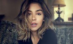 Vous avez des longs cheveux et avez envie d'un peu de changement? La coupe mi-longue est la longueur idéale. Légèrement ou fortement dégradée, cette coupe de cheveux est parfaite pour les visages ronds ou allongés.