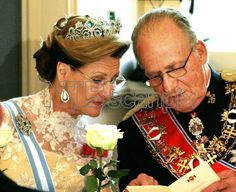 OSLO 20060606: Dronning Sonja og spanske kong Juan Carlos studerer oversettelsen av talene under tirsdagens gallamiddag på Slottet i Oslo som avsluttet første dag av det spanske kongeparets statsbesøk. Sonja med diadem / tiara. Foto: Lise Åserud / SCANPIX POOL .