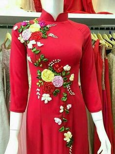Embroidery On Kurtis, Kurti Embroidery Design, Embroidery On Clothes, Shirt Embroidery, Silk Ribbon Embroidery, Simple Dresses, Dresses For Work, Red Frock, Hand Painted Dress
