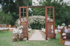 entrada da noiva foi de bicicleta, o que já deixou a cerimônia com um ar bem íntimo e familiar. Eu, um pouco mais romântica, escolhi a cerim...