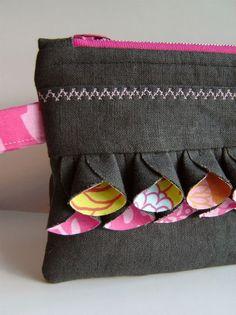 Una decoeacion original y bonita para bolsas, monederos, esruches.../ adorable twist on ruffles, and other good stuff