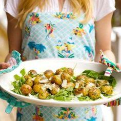 Vitlöksrostad färskpotatis med örtolja och hyvlad parmesan.