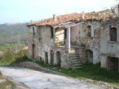 FOTO ROSCIGNO - Fotografie di Roscigno in provincia di Salerno Sunken City, Claude Monet, Diorama, Underwater, Mount Rushmore, Abandoned, Medieval, Beautiful Places, Earth