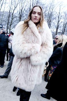 la modella mafia Fall 2012 trend Models Off Duty with big fur - Karmen Pedaru Fur Fashion, Fashion Over, Winter Fashion, Fashion Outfits, Urban Fashion, Paris Fashion, Mafia, Pear Shaped Outfits, White Fur Coat