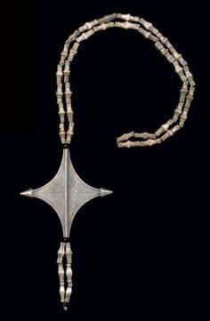 Collier egeru, tadenit, Touaregs Iwellemmeden Kel-Denneg, Azawagh, Niger Alliage d'argent, perles de verre noires L. du collier fermé: 49 cm - H. du pendentif: 8,3 cm De même type que les lots 62 et 63,… - Binoche et Giquello - 01/03/2013