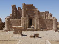 https://flic.kr/p/e7ynr4 | Tempel von Deir el-Hagar | Die Tempelanlage für die thebanische Triade Amun-Re, Mut und Chons in Deir el-Ḥagar befindet sich im Nordwesten der Senke ed-Dāchla reichlich 7 Kilometer südwestlich der Stadt el-Qaṣr. Der Tempel ist die am besten erhaltene Anlage ihrer Art in dieser Senke. Die hiesige Verehrung der thebanischen Götter offenbart den ausgedehnten Einflussbereich der Priesterschaft Thebens.  Quelle: Wikivoyage