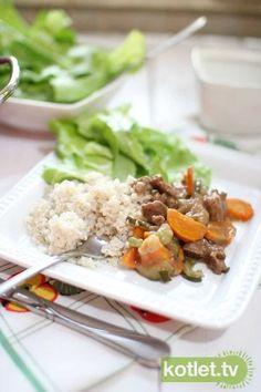 Polędwica wołowa z warzywami podana z kaszą jaglaną i sałatą