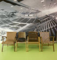 Ansicht der Wiener Stadthalle mit Stühlen von Roland Rainer, Wien um 1950