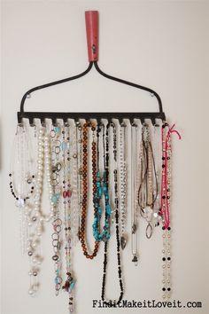DIY Schmuck Organizer von einem Vintage Rake Source by Jewelry Hanger, Diy Jewelry, Vintage Jewelry, Jewelry Making, Jewelry Box, Hanging Jewelry, Rake Jewelry Holder, Fashion Jewelry, Jewelry Ideas