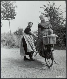 Kindje achterop zit een prachtig zitje. klederdrachten, zeeland Datum 15 juli 1952 Trefwoorden fietsen, klederdrachten, vrouwen Fotograaf Andriesse, Emmy #Zeeland #Walcheren