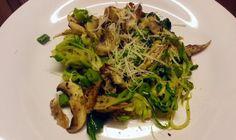 Csirkés-gombás cukkini tészta - A gombát, hagymákat, spenótot megpirítjuk, majd a csíkokra vágott cukkinit es a sült húst hozzaádjuk. Kis só, bors, és egy pici parmezán mehet a tetejére.