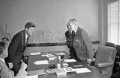 1961. 26 Mars. Both President John F. Kennedy and British Prime Minister Harold Macmillan, seated on opposite sides of the conference table, rise together as their talk on the Laos situation end at the U.S. Navy Base in Key West, Florida. Behind Macmillan is Sir Harold Caccia, British Ambassador to the U.S. (AP Photo/RBO)