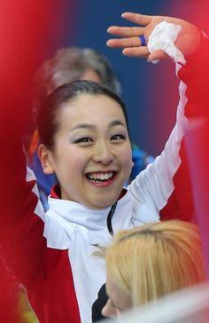 フリーで自己最高を更新、笑顔で手を振る浅田真央=ソチのアイスベルク・パレスで2014年2月20日 (401×620) http://sportsspecial.mainichi.jp/graph/2014sochi/figureLadies/001.html