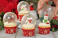 Je kunt nu een simpele cupcake decoreren met leuke dingen. Daarna zet je de bol erbovenop. Een eetbare sneeuwbol cupcake is geboren… GAAF HE?! Delen Bewaar Like?