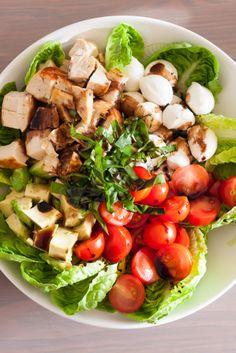 Salade caprese poulet et avocat, à la réduction de balsamique