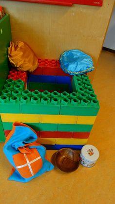 Leuke activiteit voor de kinderen: Laat ze een schoorsteen bouwen van blokken/lego/duplo of ander bouwmateriaal en doe een wedstrijdje wie de meeste mini cadeautjes in de schoorsteen kan gooien