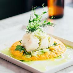 Med brynt smör och en nypa vaniljpulver lyfter morotspurén till den pocherade torsken till oanade höjder. En riktig fullträff kort och gott! Vinägersyran i den läckert gröna örtoljan baserad på spenat, persilja och vitlök sitter som en smäck till den milda fisken.