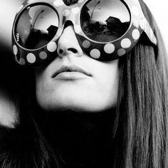 os acessórios muito grandes e volumosos eram característicos no swinging london.  the modern collection é a nossa nova coleção e revisita um tema que sempre nos inspirou - a swinging london. uma época liderada por jovens ávidos por moda, design e música. o estilo girava em torno de cores fortes, grafismos marcantes, em formas libertadoras e sexys. acompanhe a hashtag #TotemModern e conheça mais sobre a nossa próxima coleção.