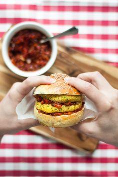Hambúrgueres de Grão-de-Bico, Quinoa e Caril (Picantes) com Pasta de Pimentos Assados | SAPO Lifestyle