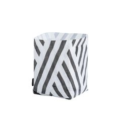 Hokuspokus Bag - Small - by OYOY Mini Color: Black / White Size: W 20 x H 28 x D 20 cm Material: Polyester, Printed Details: Water resistant - can be used indoor and outdoor. Suitable for all kind of storage. Storage Baskets, Bag Storage, Black And White Prints, Tangle Patterns, D 20, Interior Design Companies, Craft Materials, Marimekko, Danish Design
