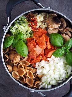 Cremet one pot pasta med champignon og bacon - mialindholm. Yummy Eats, Yummy Food, One Pot Pasta, Bacon, One Pot Meals, Lasagna, Italian Recipes, Cobb Salad, Risotto
