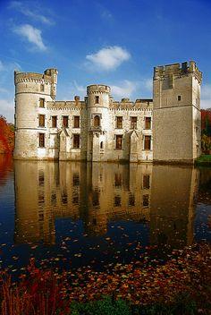 """Château de Bouchout, Meise, Belgique. Ce """"château fort de plaine"""" est construit au XIIe siècle par Guillaume de Crainhem. La tour carrée date du XIVe siècle. En 1683, le château est gravement endommagé par les troupes de Louis XIV, puis restauré par la famille Roose. Passé aux mains des Beauffort, il connaît, dès 1832, d'importantes reconstructions dans un style néogothique. En 1849, Léopold II rachète le domaine pour y installer sa sœur Charlotte de Belgique, après le désastre du Mexique."""