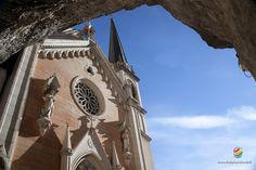 In piena Val d'Adige a strapiombo su una terrazza rocciosa quasi inaccessibile il Santuario della Madonna della Corona è un luogo di pellegrinaggio unico