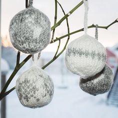 Strikkede julekuler har blitt en koselig favoritt på juletreet som har vokst en del i størrelse på de siste 10 årene. Disse anbefales som et #restegarnprosjekt 🎄👍🏼 De strikkes på en halvtime og mønsteret kan enkelt varieres for en personlig vri. #oppskriftpånettsiden #strikkedejulekuler #strikketjulepynt #godtidno #sandnesgarn Decor, Decoration, Decorating, Deco