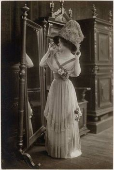 1910 Dress, still popular in 1912. You would have seen this style on the Titanic ship.