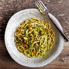 Lorauta spagetin lomaan vihreää kastiketta.