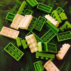 Atelier créatif du soir, bonsoir 😊🐸 #Lego #minilego #nanoblock #japanese #treefrog #frosch #grenouille #green #white #bricks #fun #home #nous
