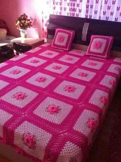 Pink granny square throw with roses Crochet Bedspread Pattern, Crochet Quilt, Crochet Squares, Crochet Blanket Patterns, Crochet Yarn, Crochet Decoration, Crochet Home Decor, Vintage Crochet Patterns, Crochet Designs