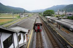 Speaking of Japan's railways, the Shinkansen Bullet Train running all across the country is well known. Nonetheless local commuter trains operated by Japan Railways,private railways, etc. play an important role in the