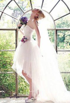 Foto: Para aquellas Novias que quieren optar por algo diferente, muchas firmas de Vestidos de Novias traen hermosos trajes cortos inspirados en distintas épocas... este de Eme Di Eme, nos pareció súper chic!