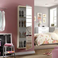 Sapateira ajuda na hora de arrumar os sapatos e o espelho deixa tudo mais lindo! <3