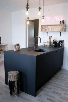 "Et ""MUMS"" køkken hos TV 2 Nybyggernes hold rød ""Bolette & Jimmi"". Ikea Kitchen, Kitchen Interior, Kitchen Island, Kitchen Design, Black Kitchens, Ikea Hack, Sweet Home, Sweet Sweet, Decoration"